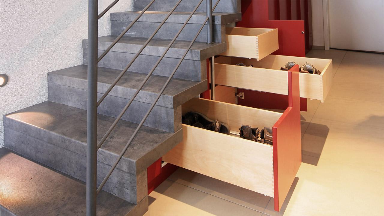 Einbauschrank, Mansarden Kleiderschrank Treppeneinbauschrank rot lackiert minimalistisch und puristisch Kleiderstangen und Innenschübe Einbauschrank München Freising