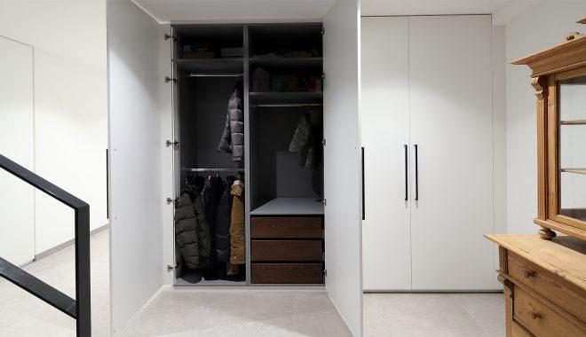Garderobeneinbauschrank für Diele Flur Ankleide nach Maß in Weiß mit Schuhauszügen | Held Einbauschränke München Freising